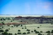 Vue sur Lomaki Pueblo et la prairie dans Wupatki