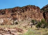 """Roche trouée dite """"Swiss Cheese"""" dans Bandelier National Monument, Nouveau-Mexique"""