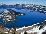 Vue sur les eaux pures de Crater Lake National Park et les montagnes enneigées, Oregon