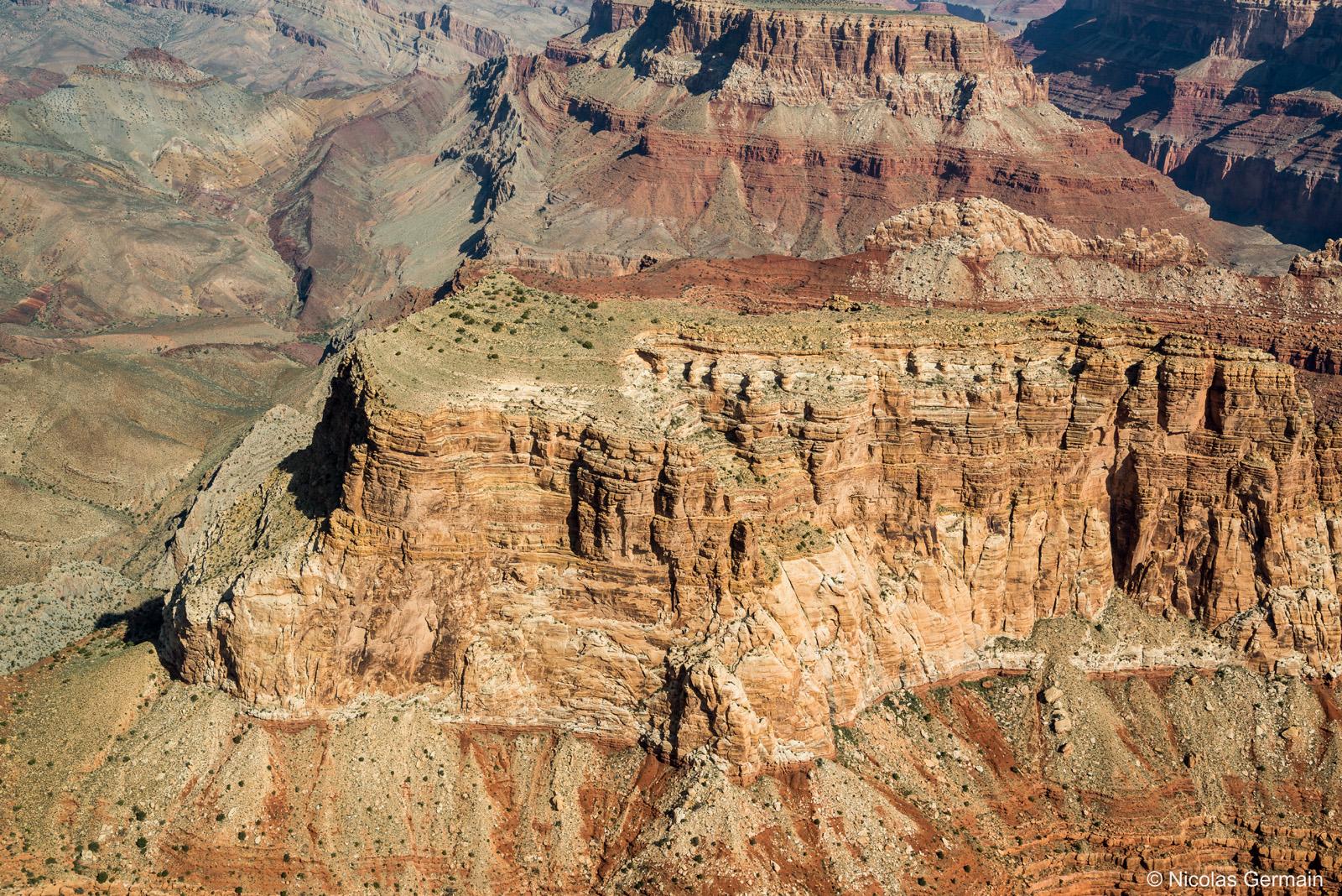 Vue aérienne des falaises abruptes du Grand Canyon