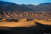 Coucher de soleil sur les dunes de sable de Mesquite dans la vallée de la mort