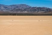Plusieurs pierres et le tracé de leur avancée dans The Racetrack, Death Valley