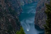 Bateau sur la rivière Gunnison au fond de Black Canyon, Colorado