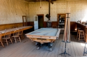Table de billard au milieu du saloon de Bodie, Californie