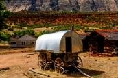 Un chariot et une maison abandonnée dans Dinosaur National Monument
