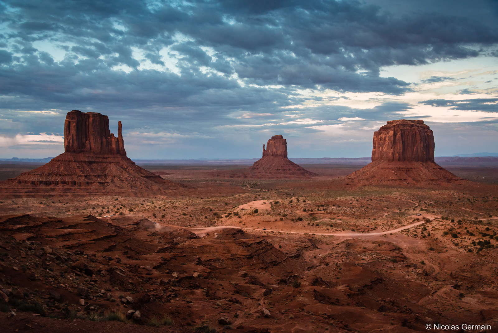 monument-valley-drive-mitten-merrick-butte
