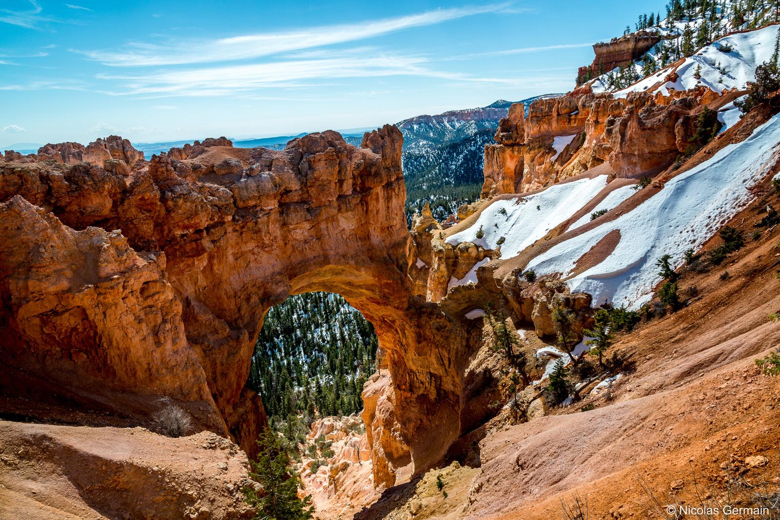 Natural Bridge dans Bryce Canyon encore enneigé
