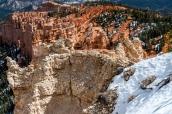 Les roches de Bryce Canyon prennent différentes teintes de jaunes et d'oranges