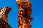 Certaines formations rocheuses comme ce pilier tiennent miraculeusement debout dans White Pocket, Arizona
