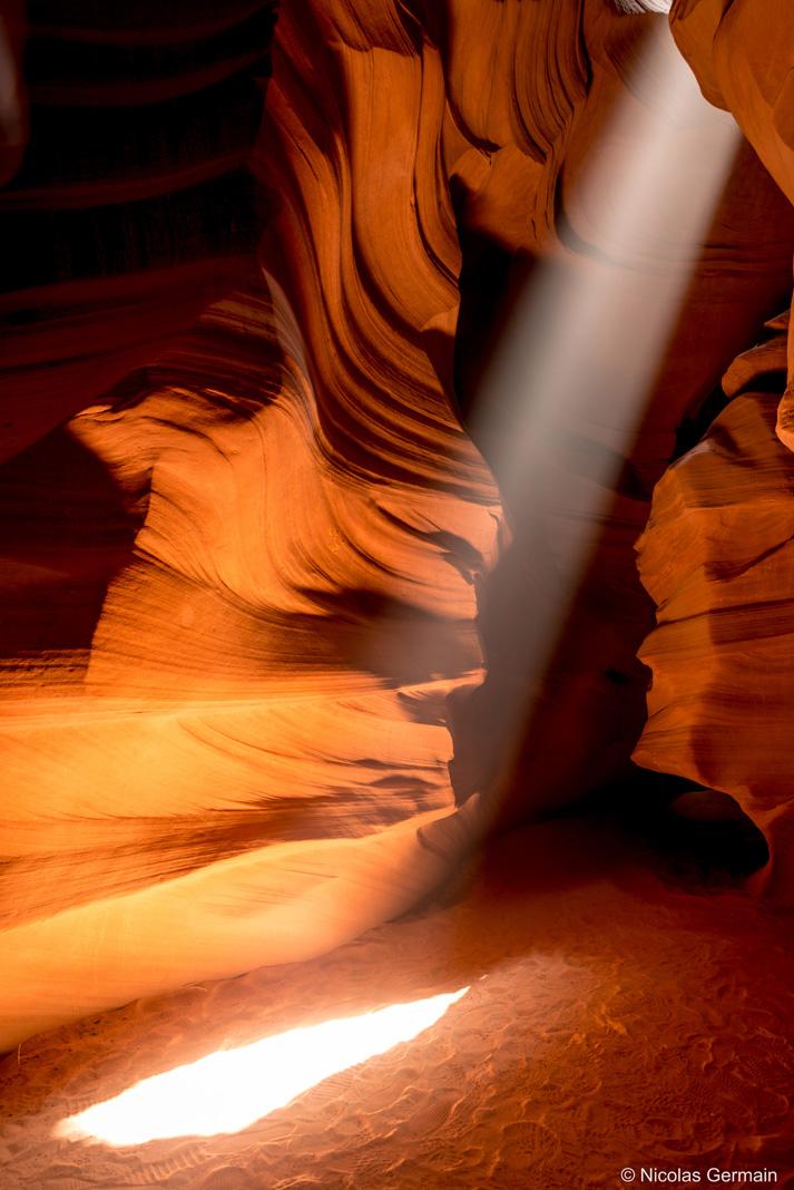 Rayon du soleil au milieu des parois d'Antelope Canyon, Arizona