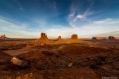 Mitten Buttes et Merrick Butte au coucher du soleil dans Monument Valley