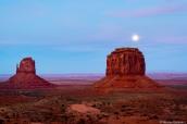 Pleine lune au coucher du soleil dans Monument Valley