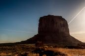 Merrick Butte et de nombreuses trainées d'avion dans le ciel, le matin à Monument Valley