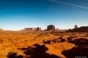Vue sur la plaine vallonnée de Monument Valley et plusieurs buttes