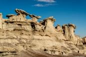 Groupement de hoodoos dans Bisti Badlands, Nouveau-Mexique