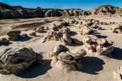 Nombreux rochers en forme d'oeufs cassés dans Bisti Wilderness, Nouveau-Mexique