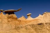 Hoodoos et rocher en forme d'aile ou de raie manta dans Bisti Badlands, Nouveau-Mexique