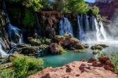 Upper Navajo Falls (ou New Navajo Falls), première chute en venant de Supai, a pris la place de l'ancienne Navajo Falls qui n'existe plus depuis les inondations de 2008
