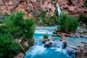 L'eau d'Havasu Falls poursuit sa route et forme de magnifiques terrasses d'eau turquoise