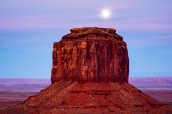 Coucher de soleil et pleine lune sur Merrick Butte dans Monument Valley