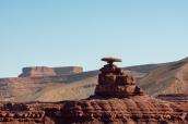 A quelques miles de Goosenecks State Park, le rocher qui donne son nom à Mexican Hat (chapeau mexicain)