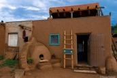Maison en adobe et four en forme d'oeuf dans Taos Pueblo, Nouveau-Mexique