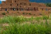 Taos Pueblo et la petite rivière Rio Pueblo de Taos, Nouveau-Mexique