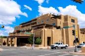 Bâtiment de style adobe au coin d'un carrefour très américain dans Santa Fe, Nouveau-Mexique