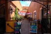 Petite ruelle typique de Santa Fe avec ses bars et restaurants, Nouveau-Mexique
