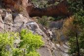 Alcove House et sa kiva dans Bandelier National Monument sont accessibles grâce à plusieurs échelles
