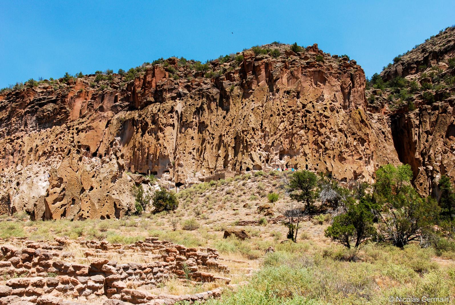Un bout de Tyuonyi au premier plan et les ruines restaurées de Talus Houses dans Bandelier National Monument, Nouveau-Mexique