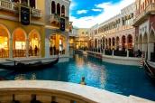 L'intérieur de l'hôtel Venetian à Las Vegas reproduit des quartiers de Venise et ses canaux