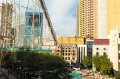 Les montagnes russes passent en plein milieu du strip et entre les hôtels de Las Vegas, Nevada