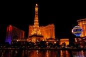 Vue sur l'hôtel Paris de Las Vegas et sa Tour Eiffel, avec le grand bassin du Bellagio au premier plan