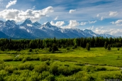 Prairie et ruisseau devant les montagnes de Grand Teton au point de vue Blacktail Ponds, Wyoming