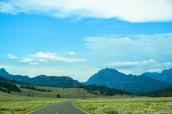 Plaine verte et montagnes dans le nord de Yellowstone National Park, Wyoming