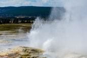 Geyser bouillonnant dans Yellowstone National Park, Wyoming