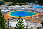 Grand Prismatic Spring vu du haut d'une colline environnante dans Yelloswtone National Park, Wyoming