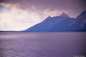 Ciel menaçant en fin d'après-midi sur Jackson Lake et les montagnes de Grand Teton National Park, Wyoming