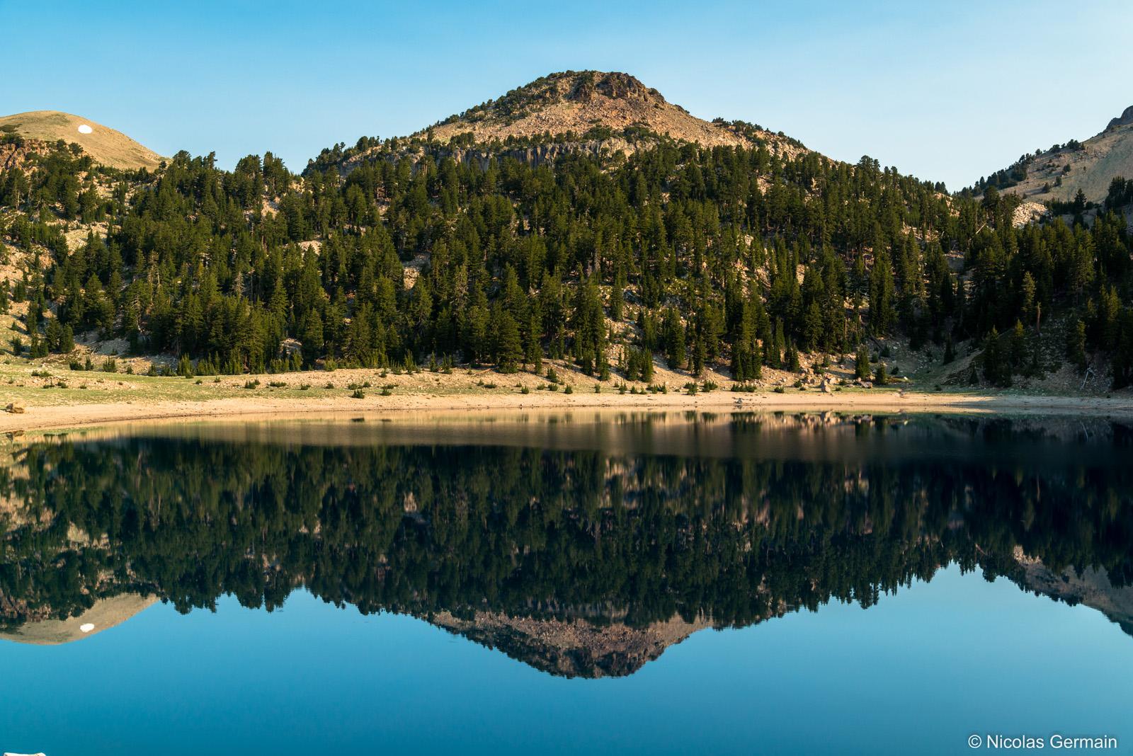 Montagne se reflétant dans les eaux calmes du lac Helen, Lassen Volcanic National Park