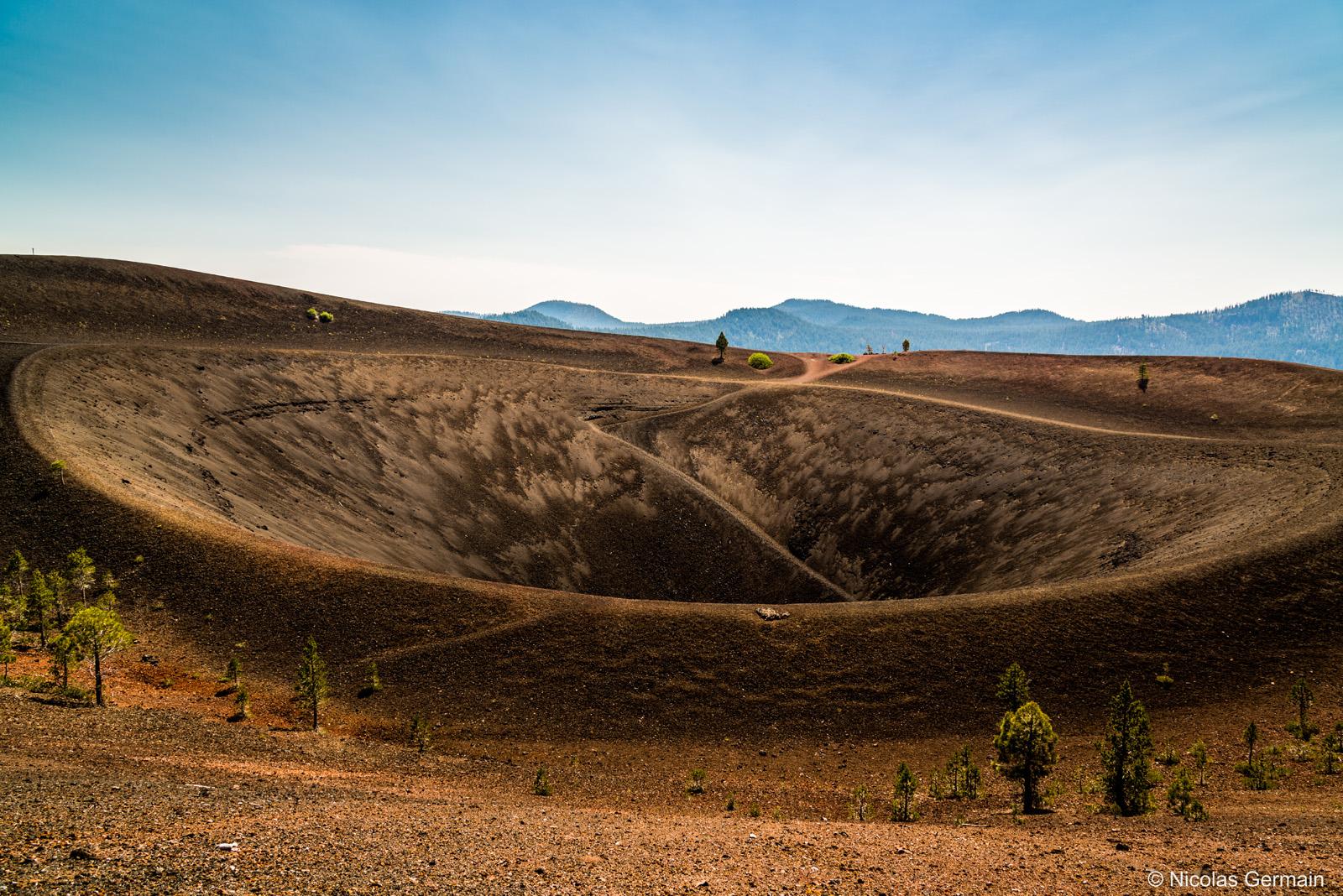 Cratère de Cinder Cone vu de son sommet dans Lassen Volcanic National Park, Californie