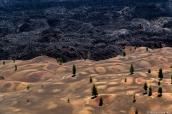 Paysage de dunes colorées et de champ de lave vus du sommet de Cinder Cone, Lassen Volcanic National Park