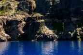 Une balade en bateau permet de se rendre compte de l'incroyable couleur bleue de Crater Lake