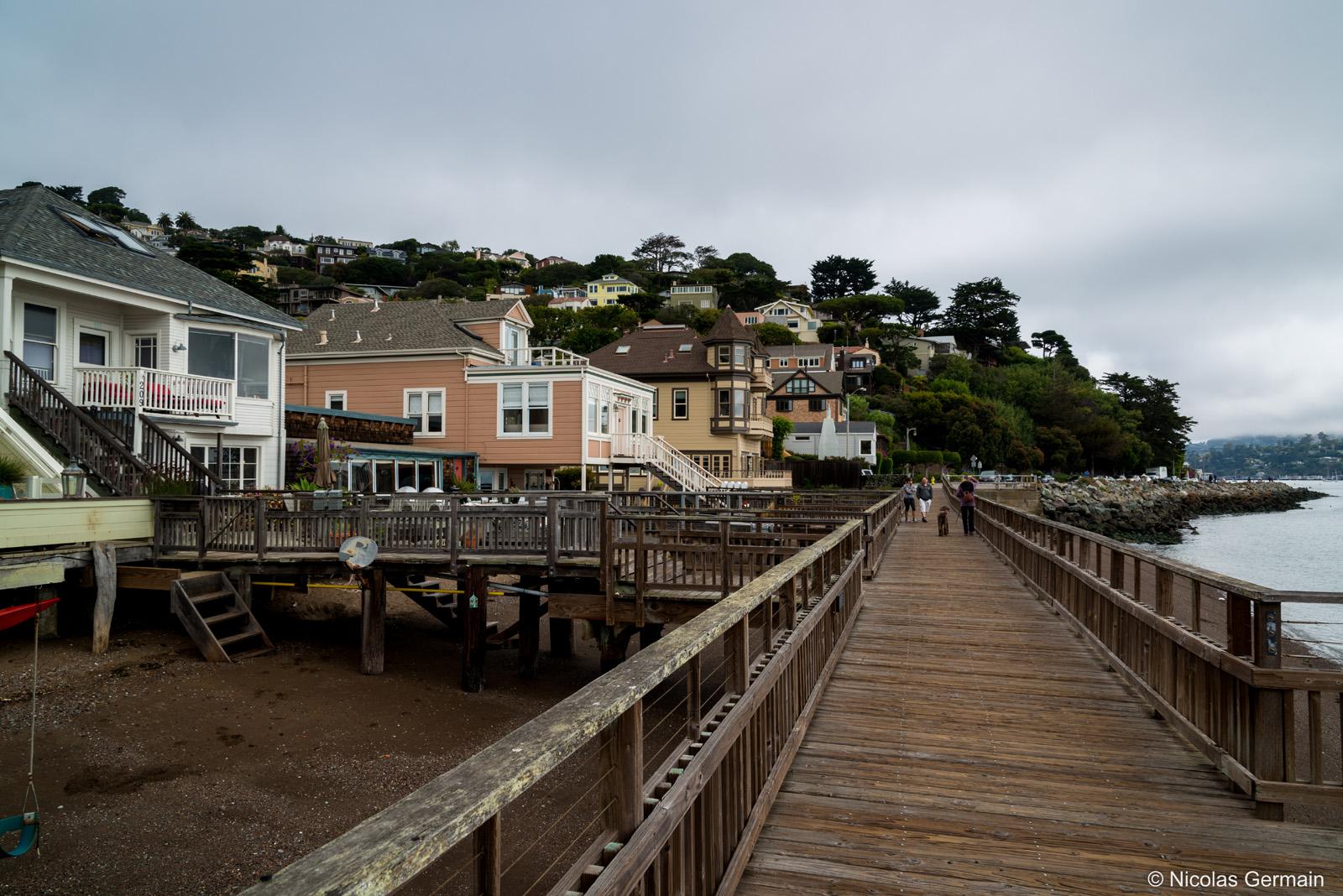 Maisons au bord de l'eau à Sausalito, de l'autre côté du Golden Gate Bridge de San Francisco