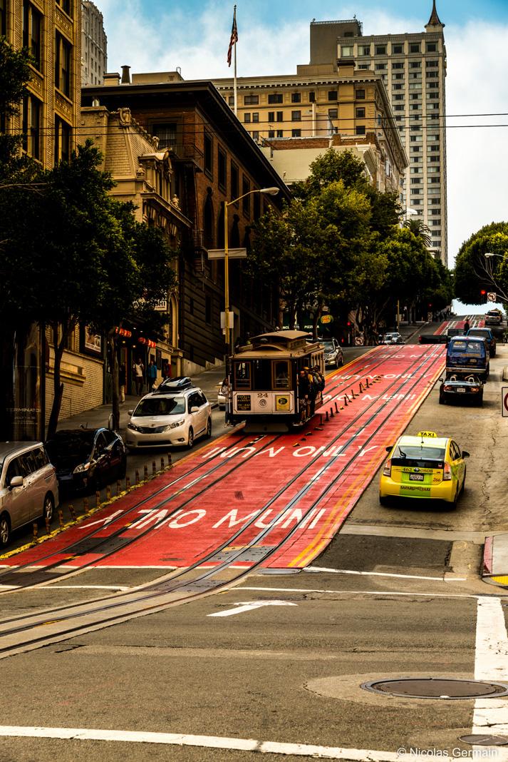 Cable Car remontant une rue très pentue de San Francisco