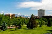 Bâtiments de Salt Lake City vus d'un jardin public et montagnes enneigées en arrière-plan
