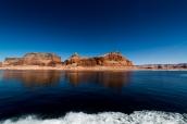 Paysage de mesas de couleur ocre qui contrastent avec le bleu du Lac Powell, Utah