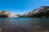 Montagnes et falaises de granite entourent le lac Tenaya au bord de la Tioga Road, Yosemite National Park