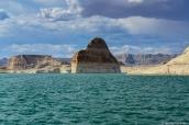 Paysage du Lac Powell et Lone Rock vu d'un bateau à moteur, Utah/Arizona