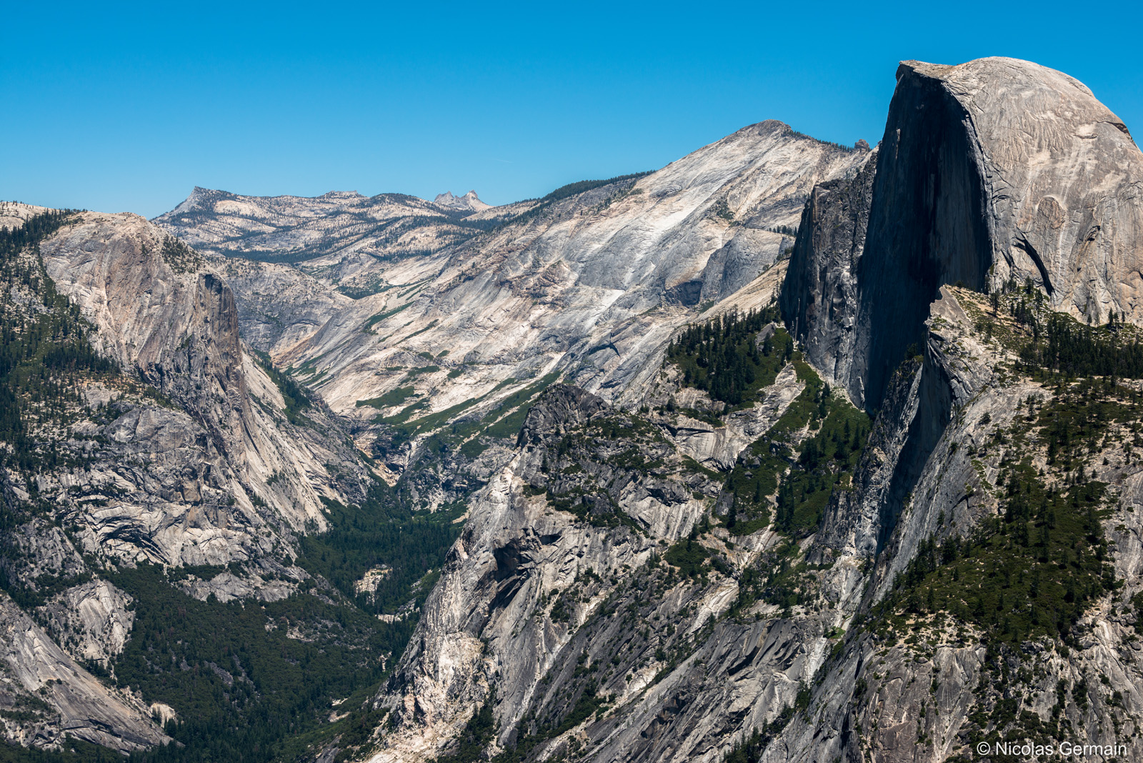 L'impressionnant Half Dome domine la vallée de Yosemite National Park, Californie